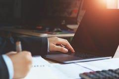 accountant die laptop in bureau met behulp van conceptenfinanciën en accountin stock fotografie