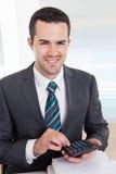 Accountant die op het kantoor werkt Stock Foto