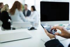 Accountant die statistieken van bedrijf controleren stock foto