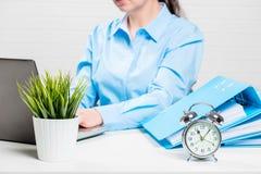 Accountant met laptop en omslagen met documenten uit nadruk Stock Foto