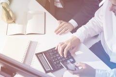 Accountants& x27; Hände Lizenzfreies Stockfoto
