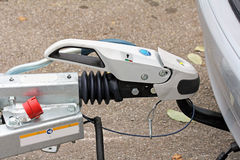 Accouplement de remorque avec un piège atténuant sur une voiture Photo libre de droits