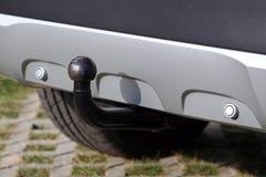 Accouplement de remorque sur une voiture de couleur argent avec les dispositifs d'avertissement inverses images stock