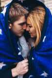 accouplez chacun qui embrasse a isolé autre au-dessus des jeunes très blancs sensuels d'illustration Image stock