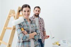 accouplez chaque étreindre à la maison de fixation heureuse neuf l'autre sourire de peinture leur aux outils Images stock