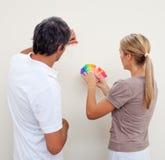 Accouplez choisir une couleur pour peindre une salle Photo stock