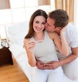 Accouplez découvrir des résultats d'un essai de grossesse Photo libre de droits
