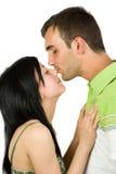 accouplez embrasser des jeunes Images libres de droits