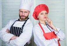 Accouplez faire cuire le dîner Dîner délicieux de famille Couples de raisons faisant cuire ensemble La cuisson avec votre conjoin images libres de droits