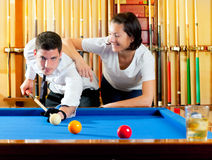 Accouplez jouer le professeur d'expertise de billard Photos stock