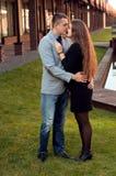 Accouplez l'embrassement Ami et amie Sunligh chaud de soirée Photos stock