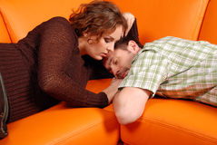 Accouplez la détente sur le sofa Images libres de droits