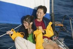 Accouplez la détente sur le yacht Photographie stock