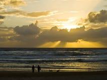 Accouplez la flânerie le long de l'océan Photographie stock