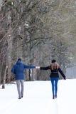Couples marchant en stationnement de l'hiver Images libres de droits