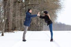 Couples marchant en stationnement de l'hiver Photographie stock