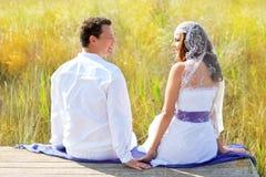Accouplez la mode de jour du mariage dans extérieur Photos stock