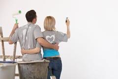 Accouplez la peinture sur le mur blanc Photographie stock