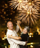 Accouplez la valse de danse la nuit Photographie stock libre de droits