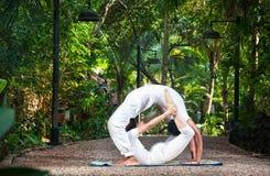 Accouplez le cercle de yoga Image stock