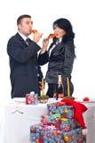 Accouplez le champagne potable et célébrez Noël Images libres de droits