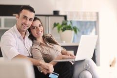 Accouplez le travail sur l'ordinateur portable à la maison moderne Image stock