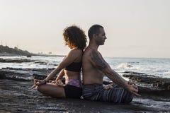 Accouplez le yoga de pratique Photographie stock libre de droits
