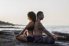 Accouplez le yoga de pratique Images libres de droits