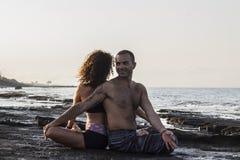 Accouplez le yoga de pratique Photo stock