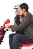 Accouplez les filles parlant sur le scooter Images libres de droits