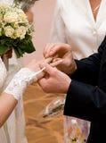 Accouplez les mains à la cérémonie de mariage Image libre de droits