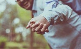Accouplez les mains de fixation image libre de droits