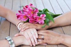 Accouplez les mains de fixation Photo libre de droits