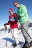 Accouplez regarder la carte tandis que des vacances de ski Photos stock