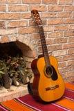 Accoustic-Gitarre auf der Backsteinmauer Lizenzfreies Stockbild