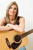 accoustic gitarrkvinna royaltyfri foto