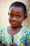 ACCRA, GANA ï ¿ ½ o 18 de março: Pose africana não identificada da menina com manutenção programada Imagem de Stock Royalty Free