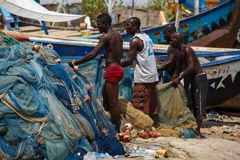 ACCRA, GHANA � MARCH 18: Unidentified Ghanaian fishermen doing t Royalty Free Stock Photography