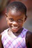 ACCRA, GHANA Ï ¿ ½ 18 MAART: Het niet geïdentificeerde Afrikaanse meisje stelt met sm Stock Afbeelding
