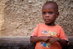 ACCRA, GHANA ï ¿ ½ 18 mars : Jeune garçon africain non identifié avec le bri Images stock