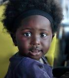 ACCRA, GHANA - 1. Juli 2014 Nicht identifiziertes ghanaisches kleines Mädchen Lizenzfreies Stockbild