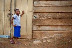 ACCRA, GHANA Ï ¿ ½ 18 MAART: Het niet geïdentificeerde Afrikaanse meisje stelt met KMIO Royalty-vrije Stock Foto