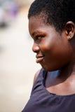 ACCRA, GHANA Ï ¿ ½ 18 MAART: Het niet geïdentificeerde Afrikaanse meisje stelt met sm Royalty-vrije Stock Afbeeldingen