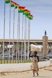 Accra Ghana - November 3, 2012: Unidentified Ghana kvinnacarrie Royaltyfri Bild