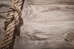 Accroc ferme tordu de câble de jute sur l'espace de copie de conseil en bois Photographie stock libre de droits