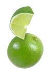 Accrochant, tombant, planant, morceau volant de fruits de chaux d'isolement Image stock