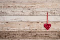 Accrocher du bois rouge de coeur Image libre de droits