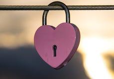 Accrocher en forme de coeur rose de cadenas Image libre de droits