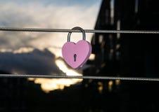 Accrocher en forme de coeur rose de cadenas Photographie stock