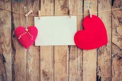 Accrocher et papier sur la corde à linge et corde du coeur deux avec en bois Photographie stock libre de droits